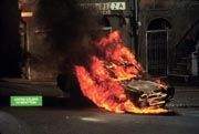 Unklare Motive: Was hat ein brennendes Auto mit italienischen Strickwaren zu tun?