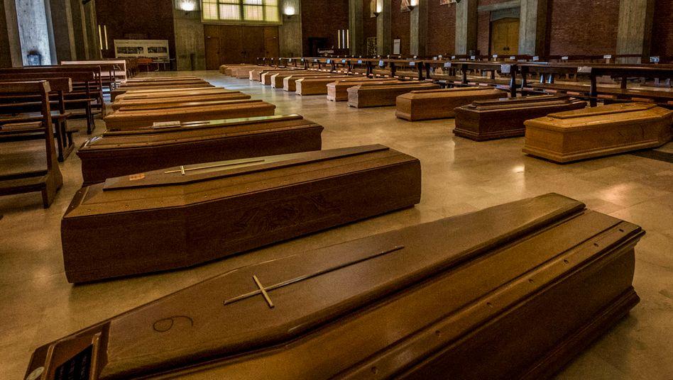 Särge von Covid-19-Opfern im italienischen Seriate:Kein göttliches Dekret, sondern ein technisches Problem