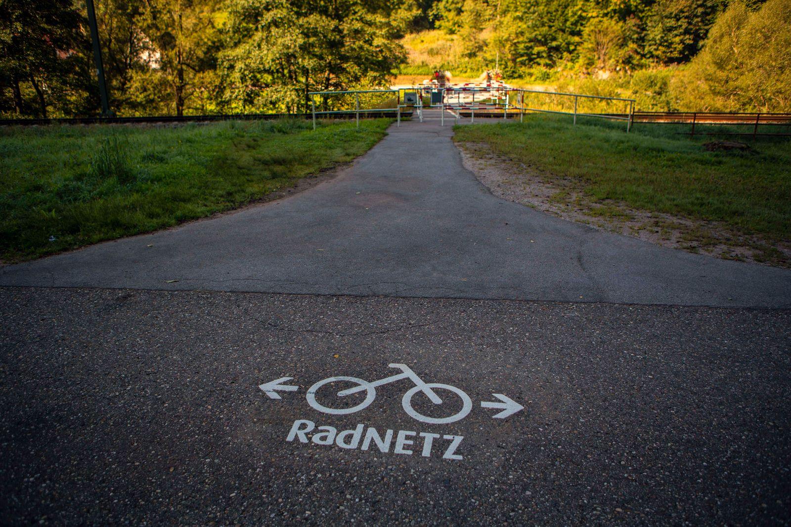 Radfahrer unterwes auf dem Radnetz im Murgtal bei Baiersbronn ( Landkreis Freudenstadt - Baden Württemberg ) Radnetz Mur