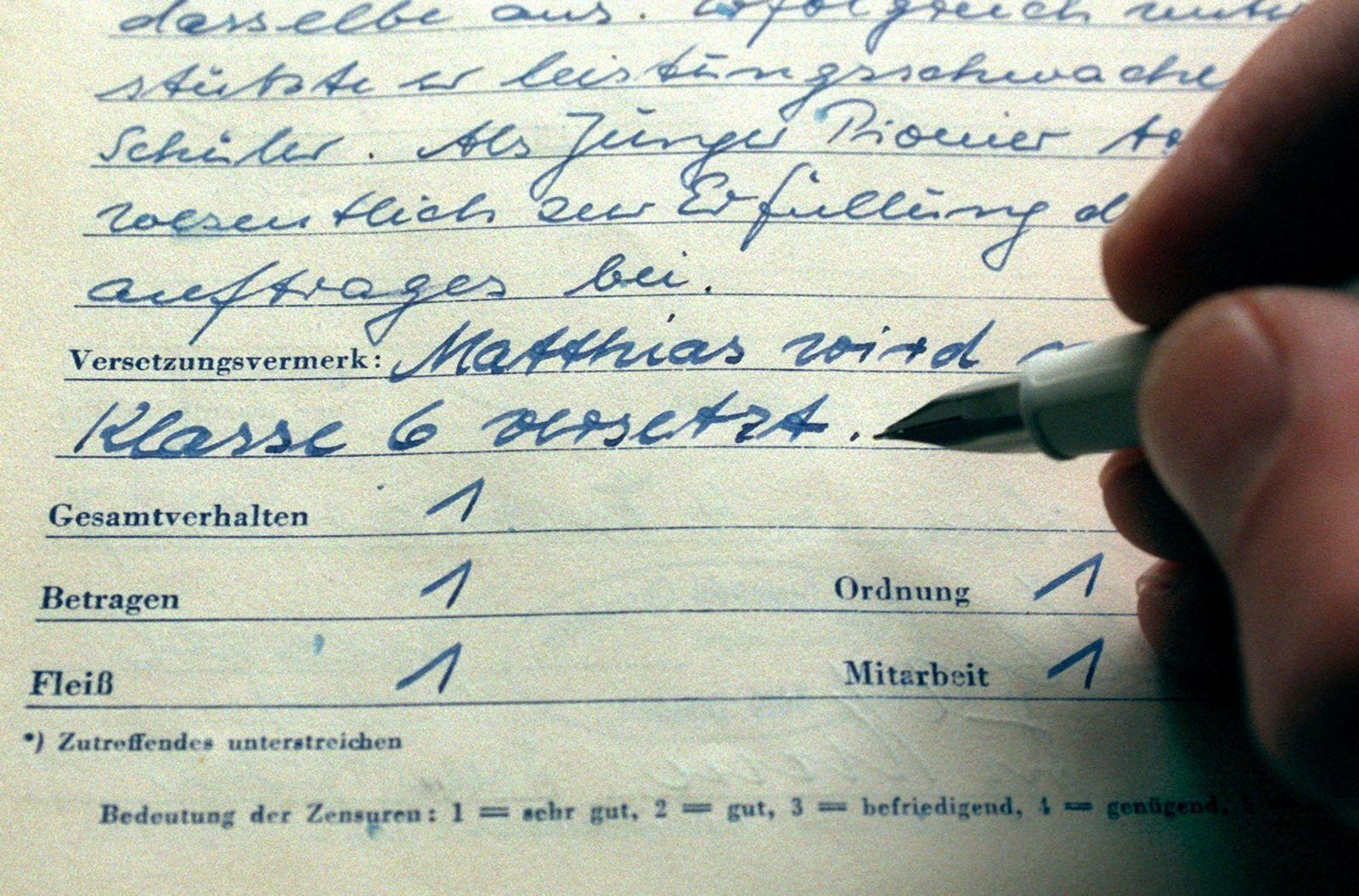 Schulzeugnis / Verhaltenszensuren in DDR-Zeugnis