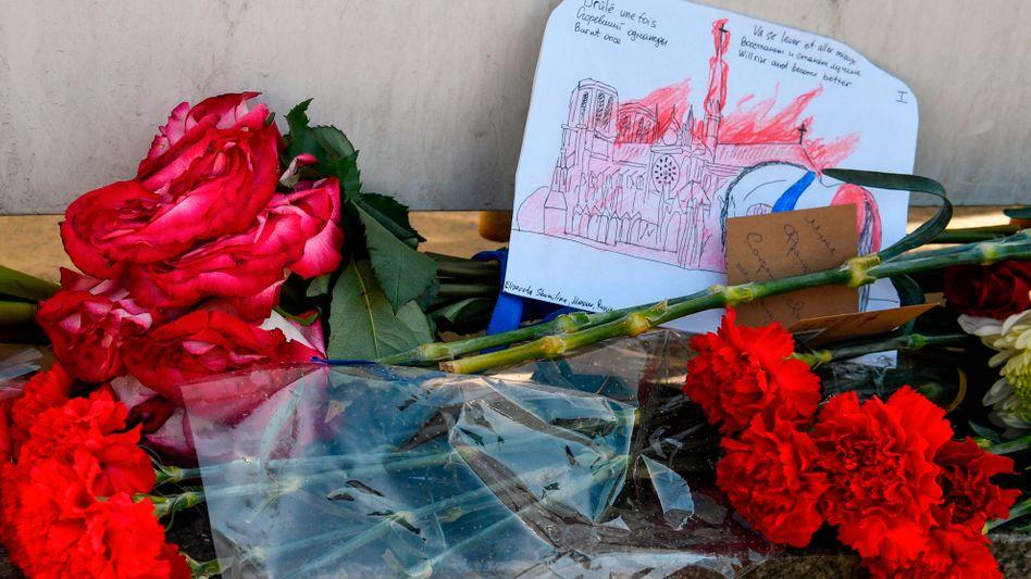 Auch Russland trauert: Blumen vor der französischen Botschaft in Moskau