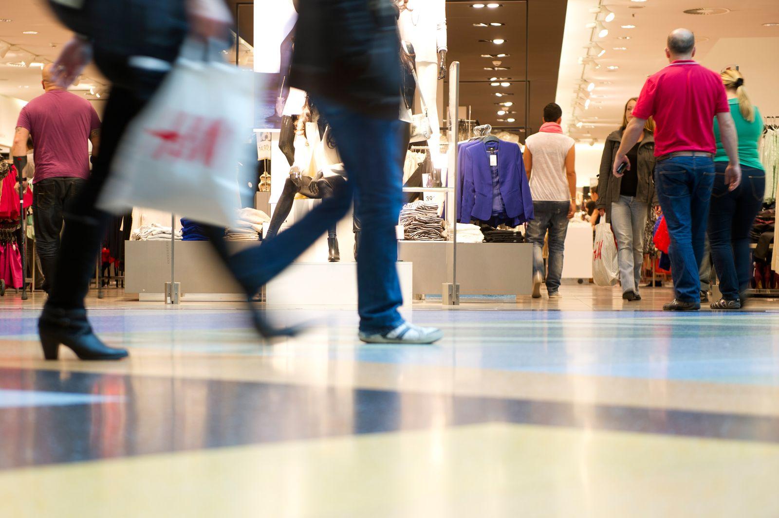 Deutschland / Konjunktur / Konsum / Kaufen / Kunden im Einkaufszentrum