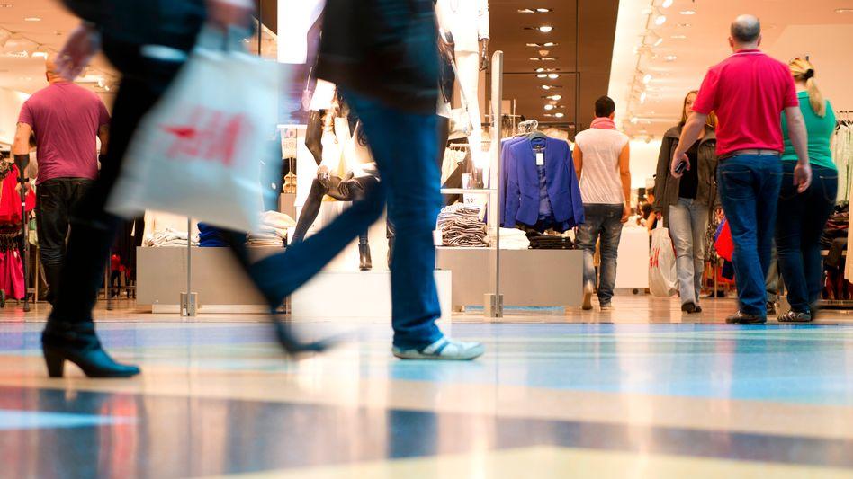 """Konsumenten in Berlin (Archiv): """"Vieles spricht dafür, dass der Aufwärtstrend beim Konsumlima weitergeht."""""""