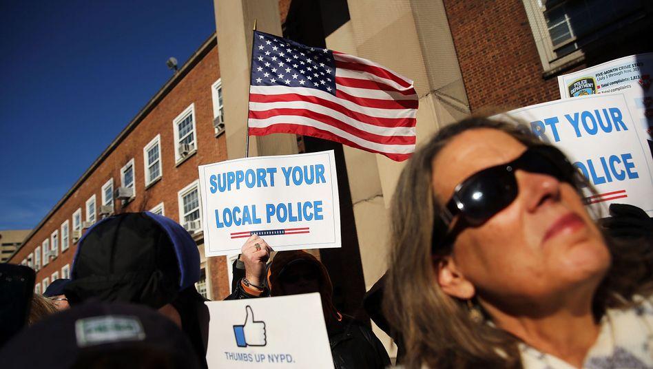 """""""Wir sind für die Polizei"""": NYPD-Kundgebung (im New Yorker Stadtteil Queens)"""