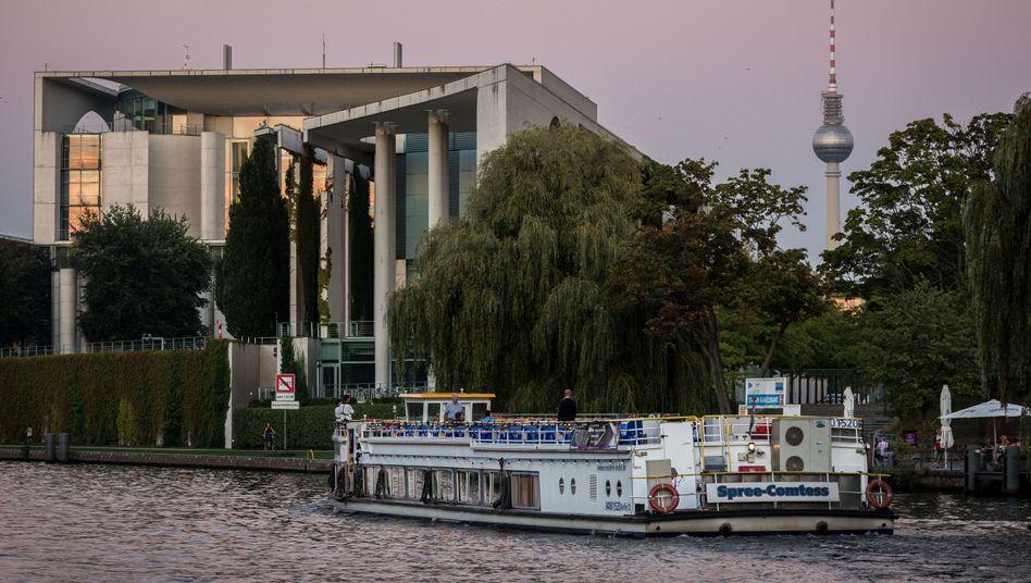 Schiffstour der AfD-Unterstützer vor dem Kanzleramt in Berlin