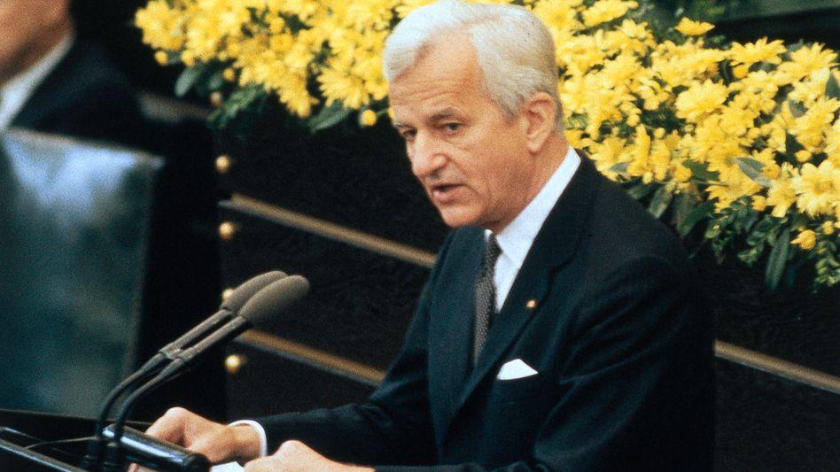 Richard von Weizsäcker während seiner Schlüsselrede zum 40. Jahrestag des Kriegsendes am 8. Mai 1985 im Bundestag in Bonn