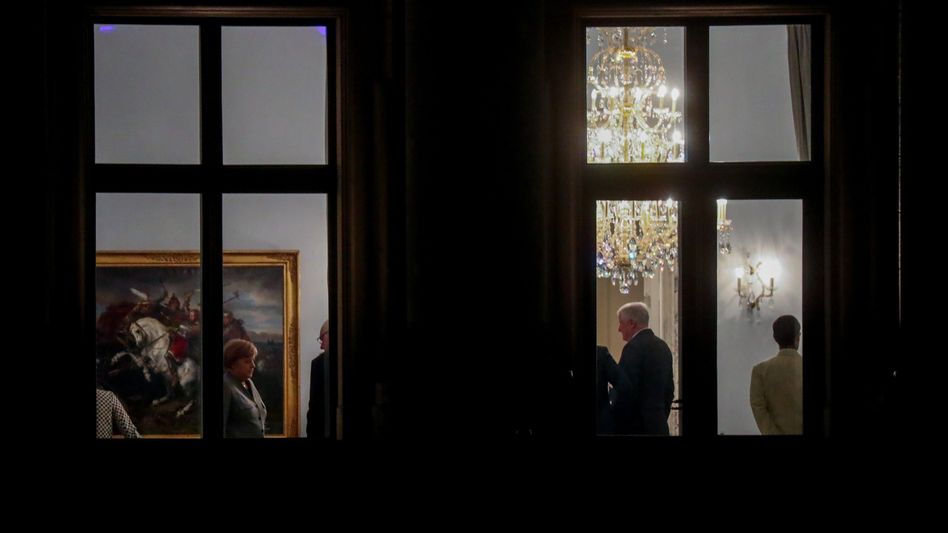 Merkel (CDU) und Seehofer (CSU, 2.v.r.) am Abend in der Deutschen Parlamentarischen Gesellschaft in Berlin