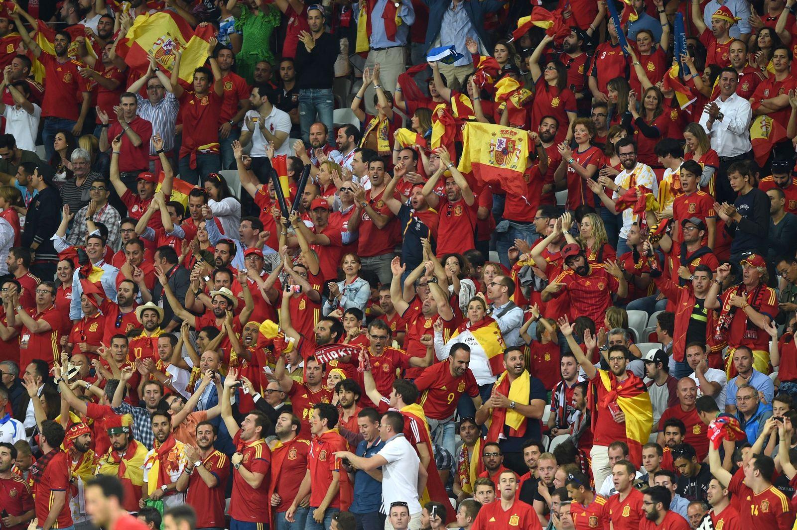 FBL-EURO-2016-MATCH21-ESP-TUR-FANS