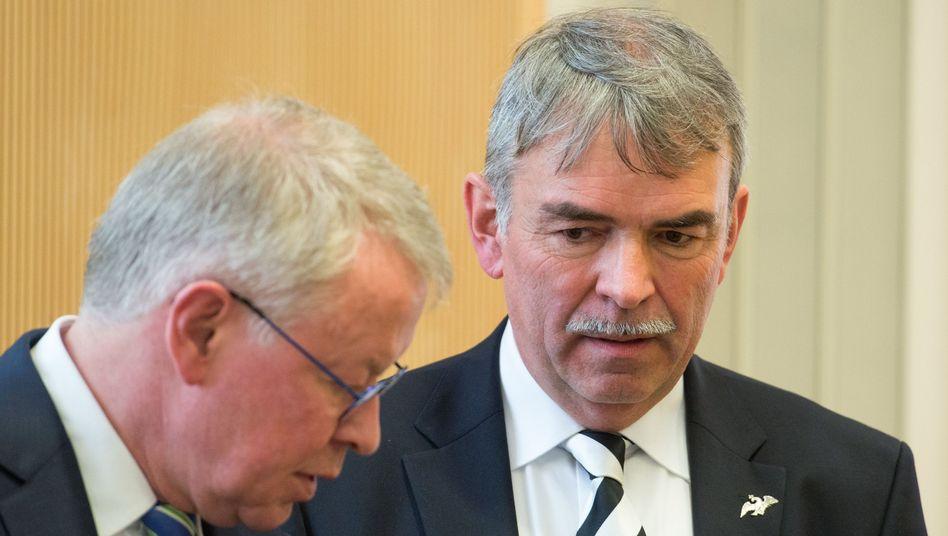 Gustl Mollath (r.) mit Verteidiger Gerhard Strate: Ex-Frau soll Todesangst gehabt haben