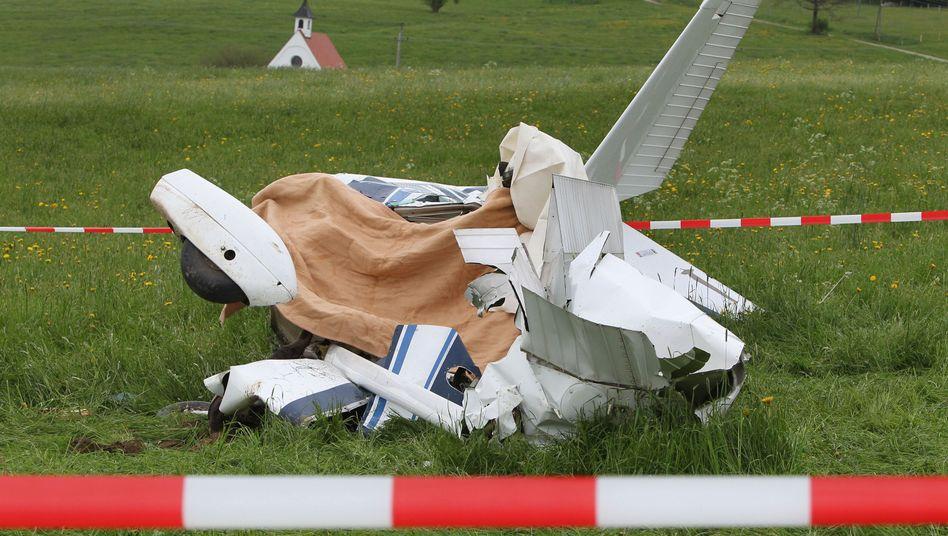 Das abgestürzte Flugzeug nahe dem Flughafen in Durach: Zwei Männer kamen ums Leben