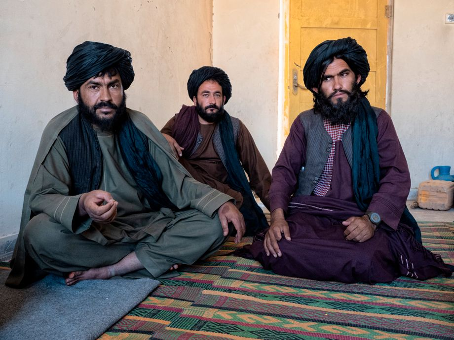"""""""Now law and order has been reestablished"""": The Taliban regional chiefs in Gizab receive DER SPIEGEL. On the left sits Mullah Ahmed Shah, the infrastructure chief, on the right sits security chief Mullah Abdulrahim Maywand."""