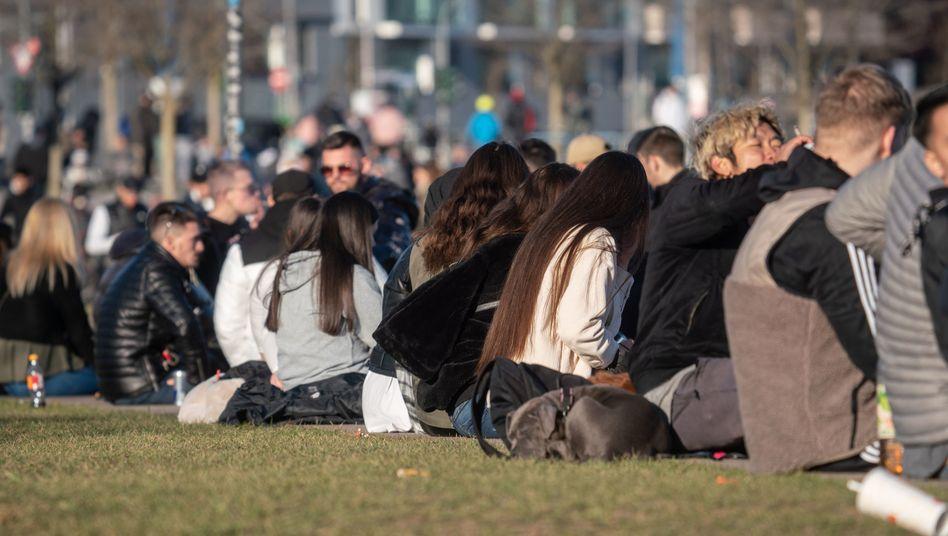 Menschenansammlung im Frankfurter Hafenpark: »Die dritte Welle läuft an«