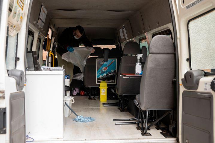 Krykant beim Reinigen des »Safe Consumption Van«