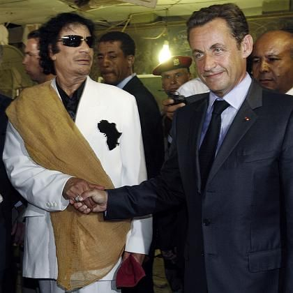Libya's President Gaddafi (l) greets his French counterpart the day after the release of six foreign medics from Libyan jails.