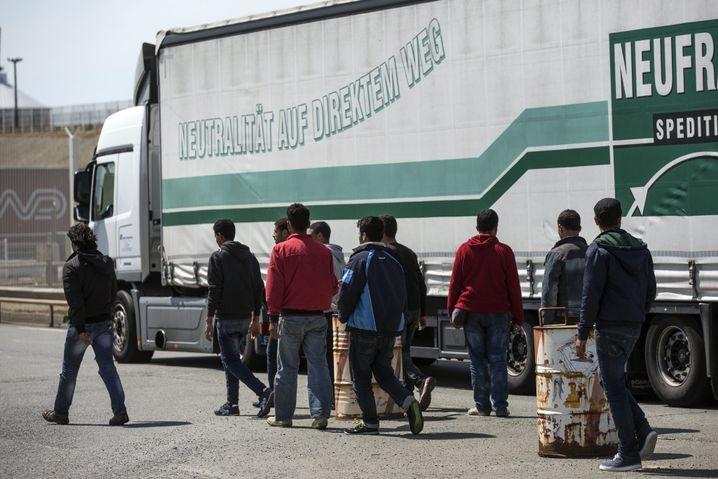 Flüchtlinge versuchen Ende Juni, einen streikbedingten Lkw-Stau vor dem Fährhafen von Calais zu nutzen, um auf die Lastwagen zu gelangen