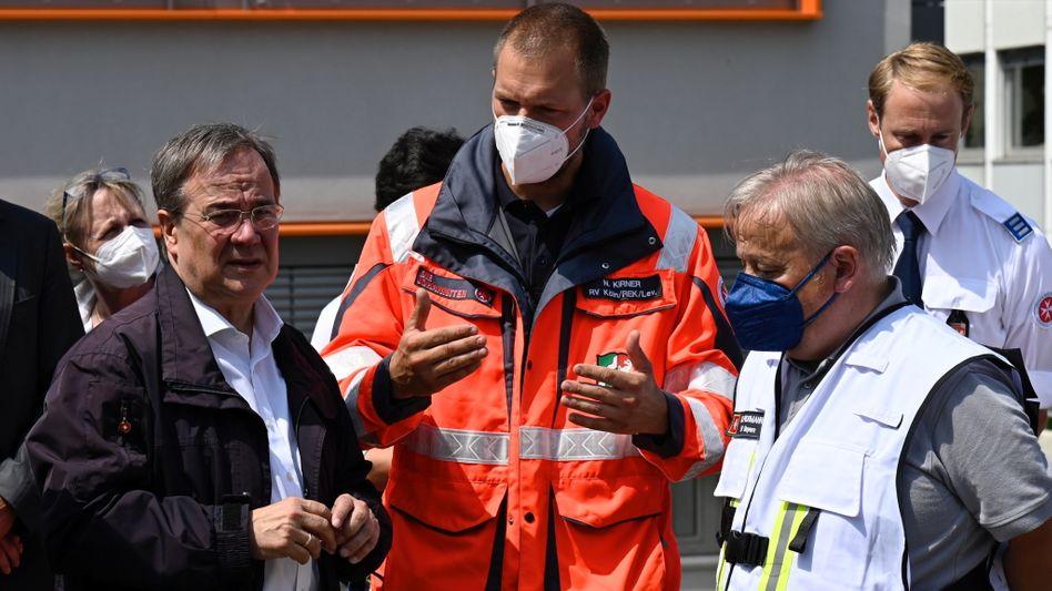 Hochwasser in Erftstadt: Armin Laschet spricht mit Rettungskräften vor Ort