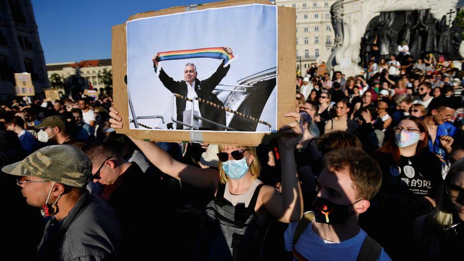 Proteste gegen die Zensur: Am Montag gingen Tausende Menschen in Budapest auf die Straße, um gegen das Anti-LGBTQ-Gesetz der Fidesz-Regierung zu demonstrieren