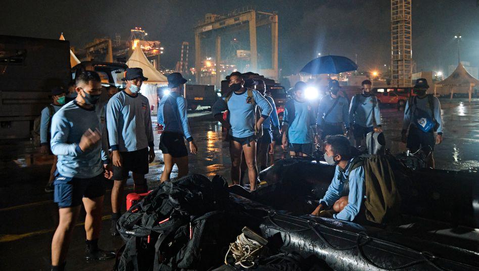 Marinetaucher in Jakarta bereiten sich auf eine Such- und Rettungsaktion vor