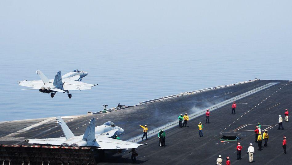 Flugzeugträger der US-Armee im Persischen Golf: US-Luftangriffe sollen Vormarsch der Extremisten stoppen