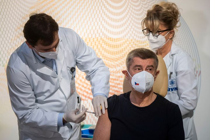 Der tschechische Ministerpräsident Andrej Babis lässt sich gegen das Coronavirus impfen