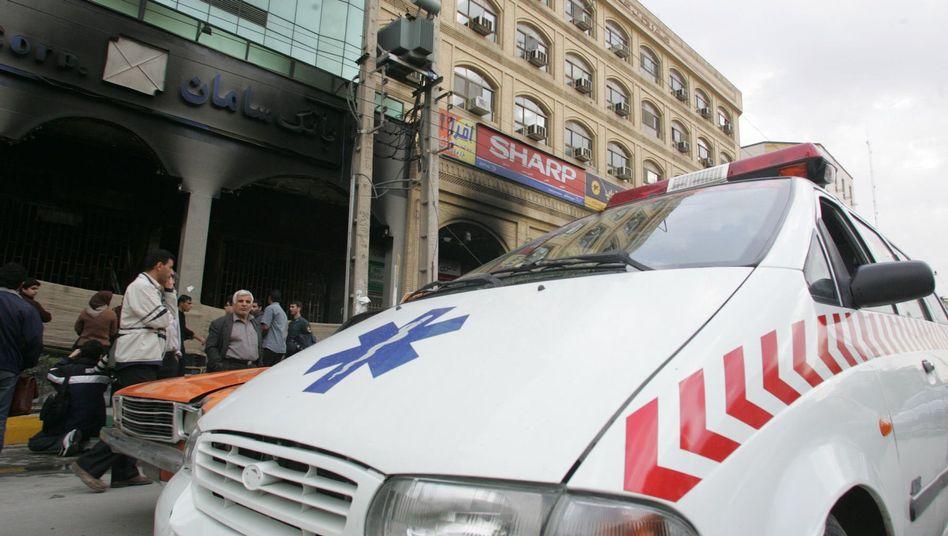 Transportiert der Krankenwagen einen Verletzten oder fungiert er als illegales VIP-Taxi? Diese Frage beschäftigt den Generalstaatsanwalt Teherans