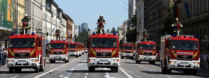 Kein Einsatz, sondern eine Parade: Fahrzeuge der freiwilligen Feuerwehr München beim 140-jährigen Jubiläum der Wehr 2007