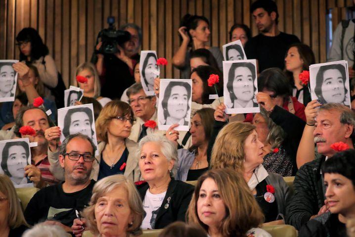 Während eines Prozesses gegen Täter aus der Diktatur halten Angehörige Fotos mit Verschwundenen hoch