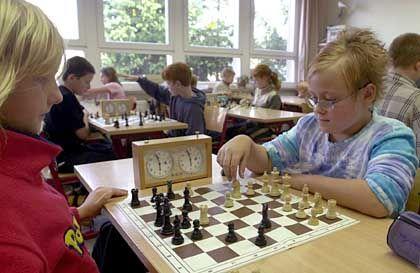 Ströbecker Schachunterricht: Claudia (links) und Desiree aus der fünften Klasse grübeln