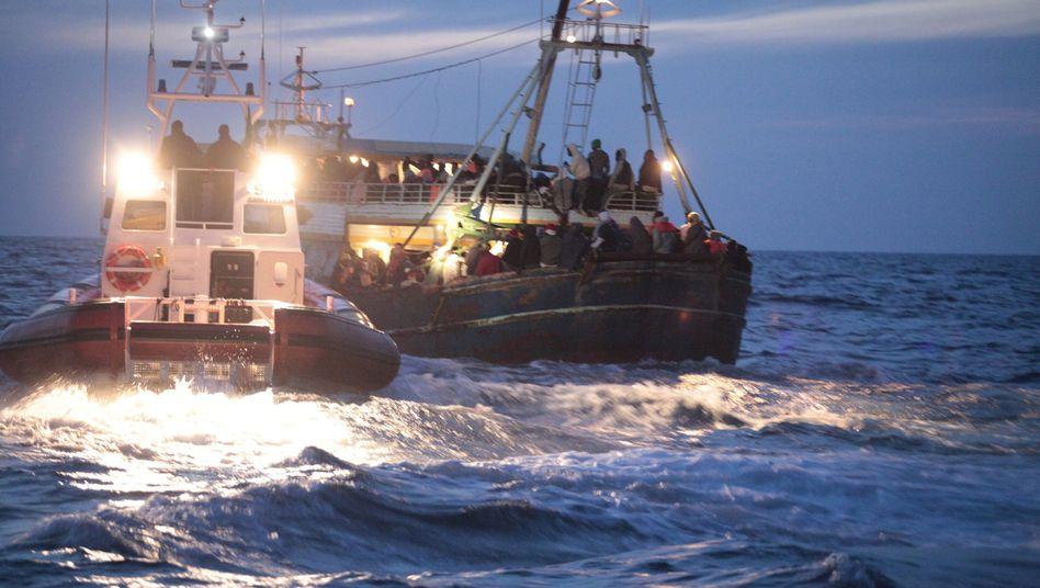 Rettungseinsatz vor Lampedusa: Das Foto zeigt einen Einsatz der italienischen Küstenwache am Sonntag. In diesem Fall wurden mehr als 500 Flüchtlinge gerettet