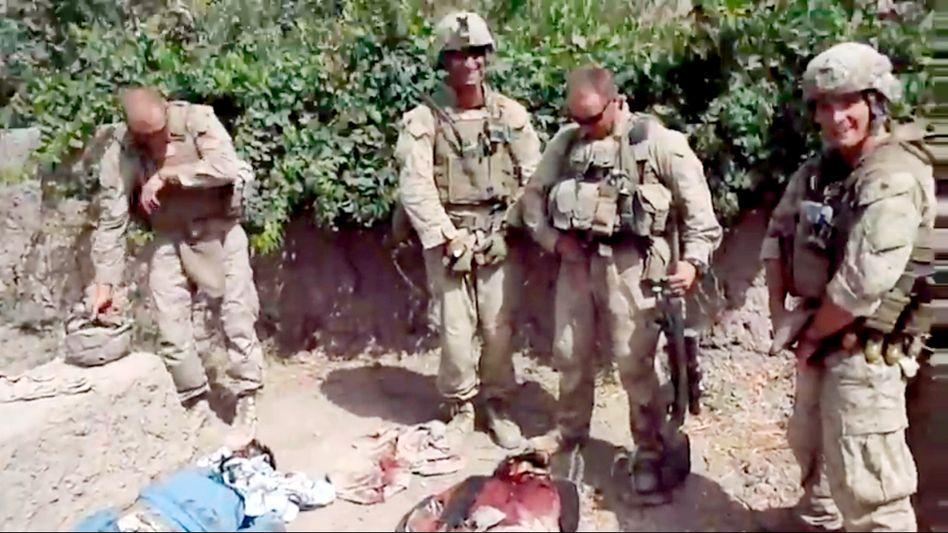 US-Soldaten in Afghanistan: Verdacht auf Leichenschändung (die Echtheit der Aufnahme kann von SPIEGEL ONLINE nicht verifiziert werden)