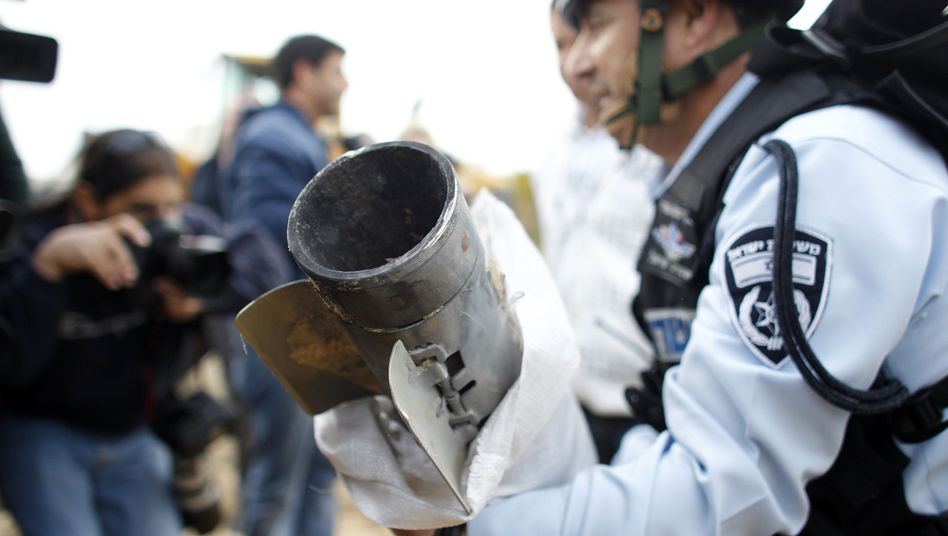 """Israelischer Polizist mit """"Grad""""-Rakete: Immer wieder Geschosse aus dem Gaza-Streifen"""