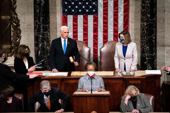 Vizepräsident Pence und die demokratische Vorsitzende des Repräsentantenhauses, Nancy Pelosi, leiten die weitere Kongresssitzung nach dem Sturm auf das Kapitol durch Trump-Unterstützer