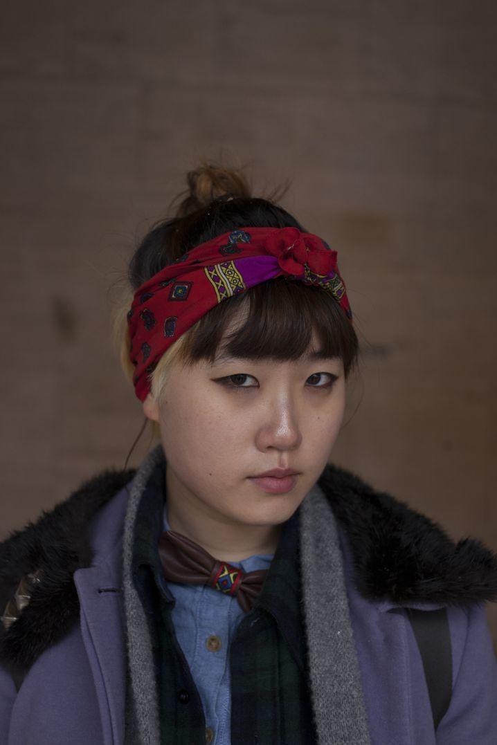"""Heehyun , 20, Fotografiestudentin: """"Dieses Stirnband habe ich in einer Boutique an der Lower Eastside in New York gekauft. Es ist super, weil er die Frisur nicht kaputt macht. Manchmal friere ich darin, aber das ist egal. Style geht vor Kälte!"""""""