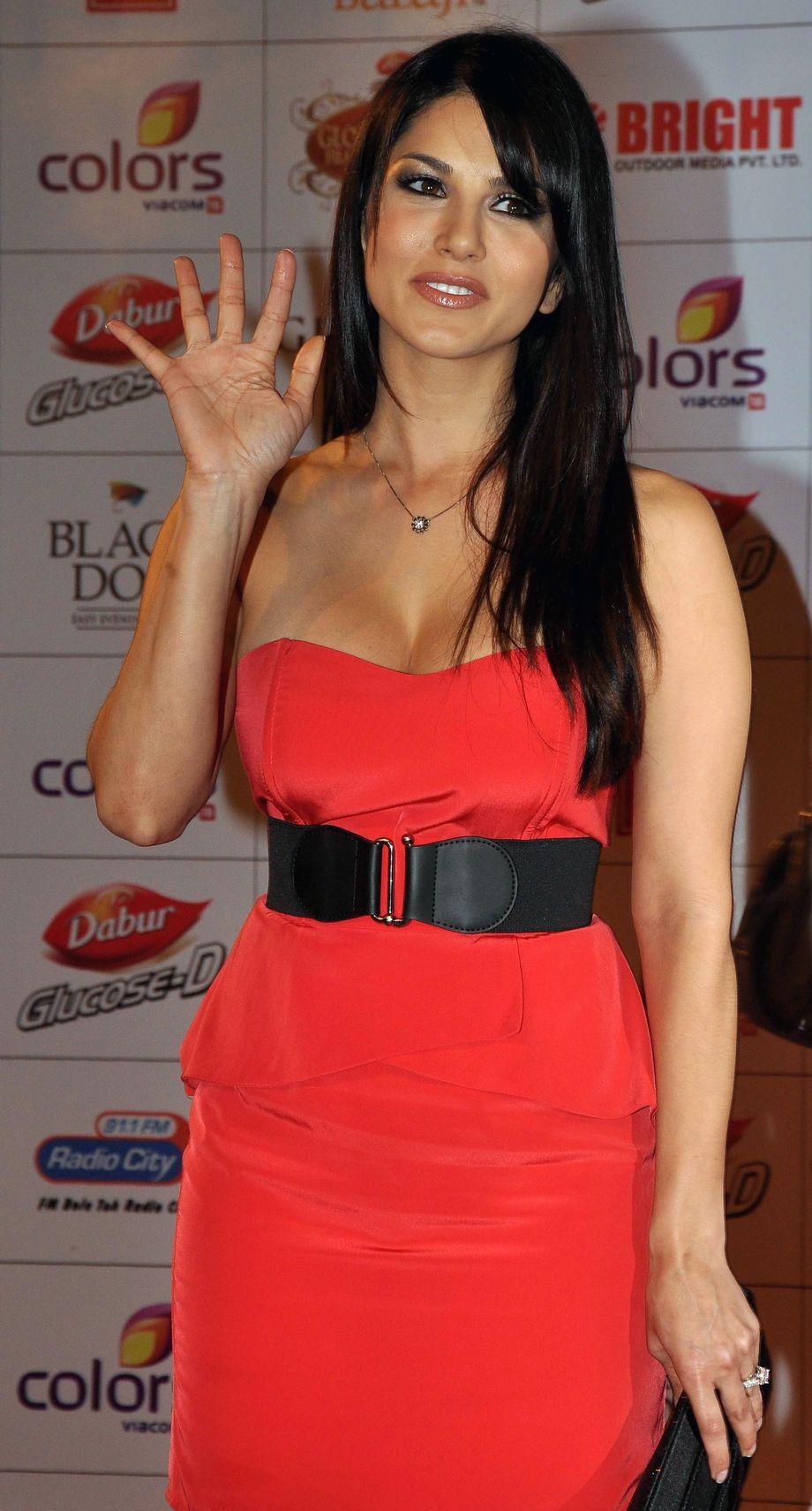 Sunny Leone Wartet Auf Einen Schwanz