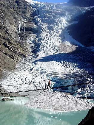Triftgletscher, Brücke: Vier bis sechs Millionen Kubikmeter Wasser