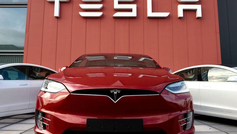 Tesla-Fahrzeuge vor einem Unternehmenssitz: Klage wegen irreführender Werbung