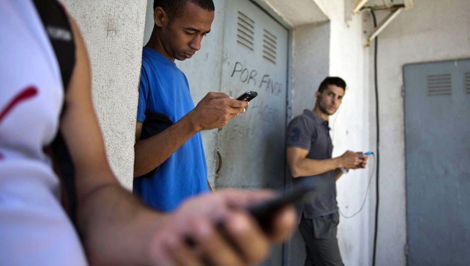 Studenten mit Handys in Kuba: Twitter-Klon von US-Entwicklungshelfern