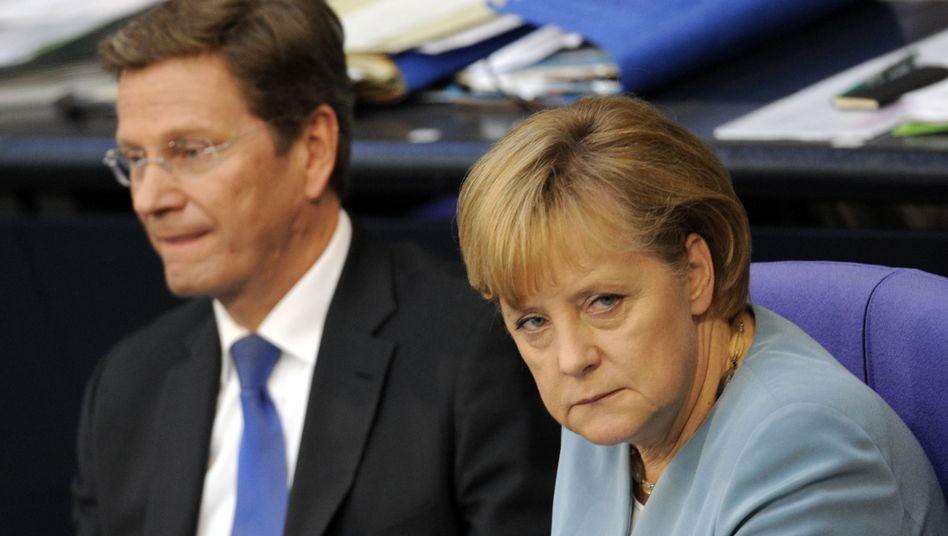 Kanzlerin Merkel, Vizekanzler Westerwelle: Stolpernd ins Sommerloch