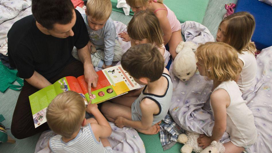 Erzieher im Kindergarten: Exot mit Bilderbuch