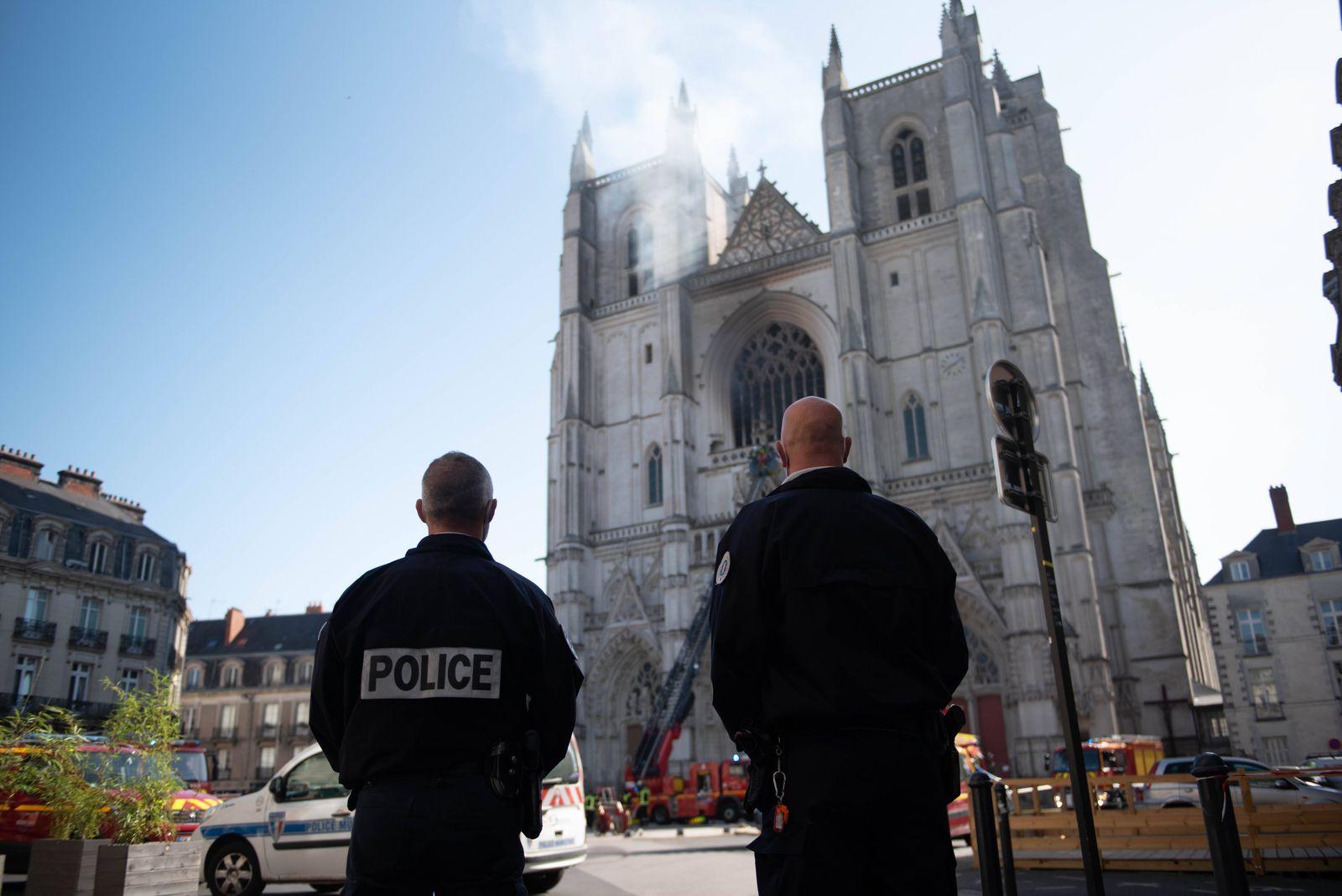 Nantes, Brand in Kathedrale, Politiker machen sich Bild von Schaden Un feu s est declare a la cathedrale de Nantes (Loi