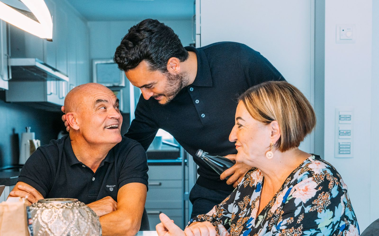 Giovanni Zarella mit seinen Eltern im Haus derer in Köln.