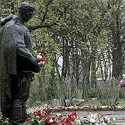 Krieger-Denkmal: Mit der Verlegung dieser Bronzestatue zum Gedenken an die im Zweiten Weltkrieg gefallenen sowjetischen Soldaten begannt der Streit zwischen Russland und Estland