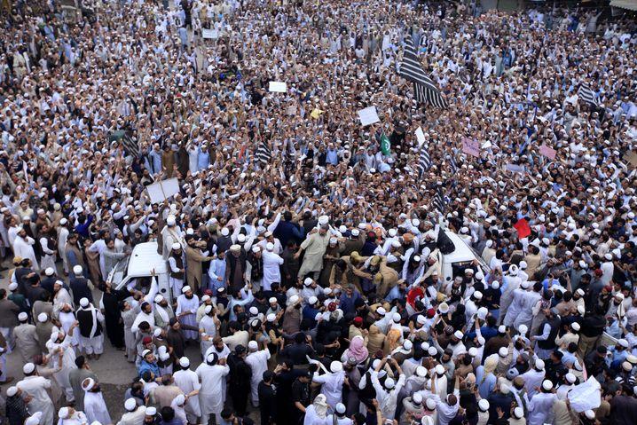 Tausende Männer demonstrierten in den Städten Pakistans für den Tod einer Frau