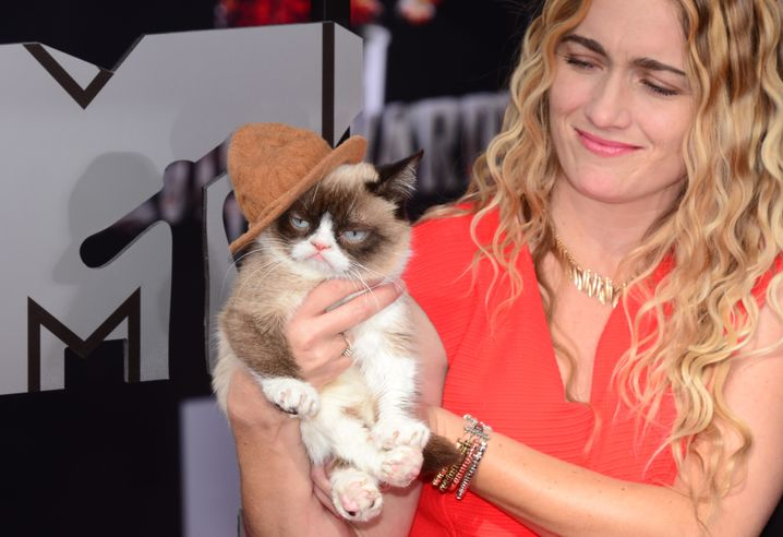 Grumpy Cat mit Besitzerin (April 2014)