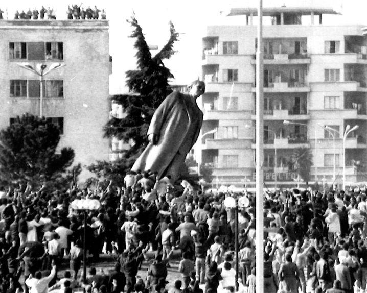 Tirana, 20. Februar 1991: Demonstranten stürzen die Hoxha-Statue