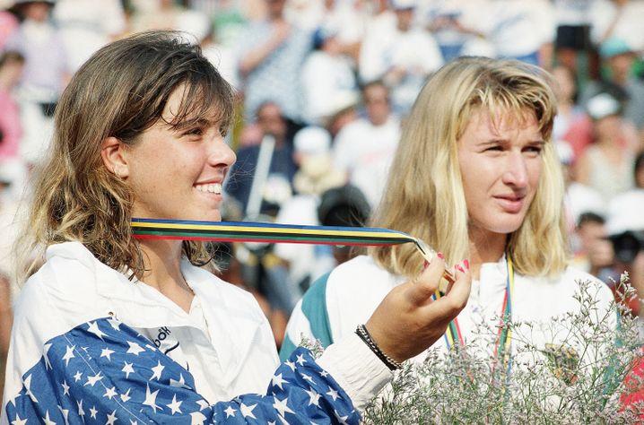 Mit 16 Jahren Olympiasiegerin: Jennifer Capriati (links) schlägt Steffi Graf im Finale von Barcelona 1992
