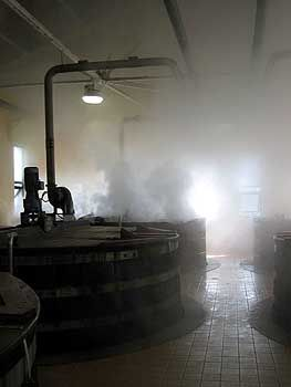 Mythos Whisky: Die Gärbottiche werden mit Hochdruck gereinigt