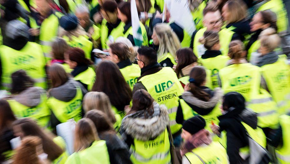 Flugbegleiter der Unabhängigen Flugbegleiter Organisation (Ufo) wollen noch in diesem Jahr streiken (Archivbild)