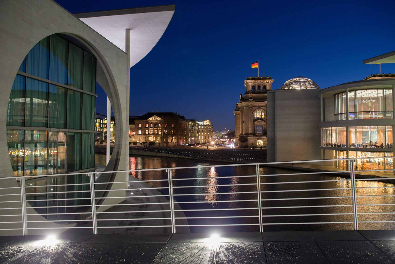 Regierungsviertel Berlin/ Berlin am Abend