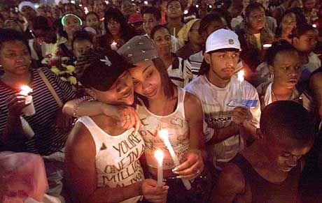 In Trauer vereint: Bei Gedenkfeiern beten Fans für die verunglückte Sängerin